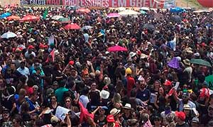 Professores participam de assembleia em frente ao Palácio do Buriti, sede do governo do Distrito Federal (Foto: Jéssica Nascimento/G1)